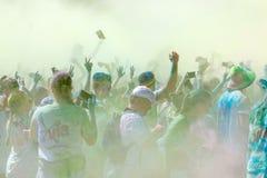 Le participant dans la couleur courent écarter les bras dans le ciel Photo libre de droits