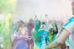 Le participant dans la couleur courent écarter les bras dans le ciel Photographie stock libre de droits