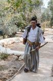 Le participant de festival à un costume samouraï traditionnel au ` Jérusalem de festival d'annuaire adoube le ` photo stock