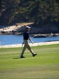 Le pas d'un golfeur Images stock