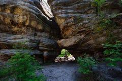 Le passage étroit entre les roches Photos stock