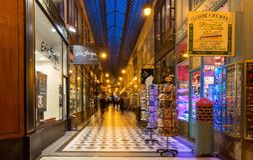 Le passage célèbre Jouffroy à Paris égalisant, France Photos stock
