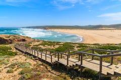 Le passage couvert en bois au Praia font la plage de Bordeira Photos libres de droits