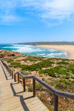 Le passage couvert en bois au Praia font la plage de Bordeira Photo libre de droits