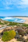 Le passage couvert en bois au Praia font la plage de Bordeira Photo stock