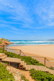 Le passage couvert en bois au Praia font la plage de Bordeira Images stock