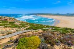 Le passage couvert en bois au Praia font la plage de Bordeira Image libre de droits