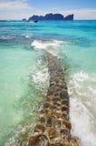 Le passage couvert vers la mer du côté de plage bascule Photos stock