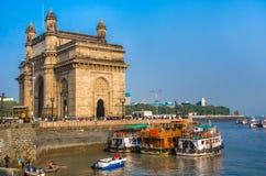 Le passage de l'Inde et bateaux à l'arrière-plan Taj Mahal Hotel, Mumbai, Inde photographie stock