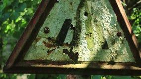 Le passage pour piétons de Corroden signent dans Pripyat Ukraine Chernobyl banque de vidéos