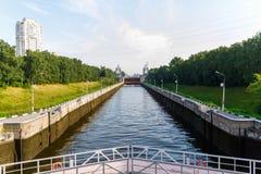 Le passage sur le canal de Moscou, construit entre 1932 et 1937, une artère de transport et une fourniture grande de structure photos libres de droits