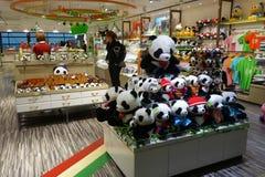 Le passager fait des emplettes pour des souvenirs dans l'aéroport de Pudong à Changhaï Images libres de droits