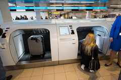 Le passager prend son bagage à la machine Photographie stock libre de droits