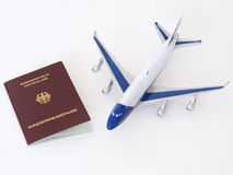 Le passeport allemand d'enfant avec l'avion a isolé le fond blanc Image stock