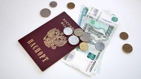 Le passeport de la Fédération de Russie, de l'argent et des pièces de monnaie photos libres de droits