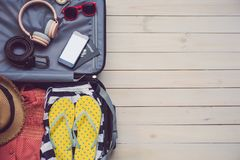 Le passeport du voyageur d'habillement, portefeuille, verres, téléphone intelligent devic photographie stock