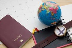 Le passeport et l'accessoire de vue supérieure se préparent aux vacances de planification dessus Image libre de droits