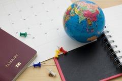 Le passeport et l'accessoire de vue supérieure se préparent aux vacances de planification dessus Photographie stock
