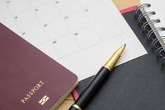 Le passeport et l'accessoire de vue supérieure se préparent aux vacances de planification dessus Image stock