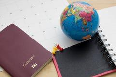 Le passeport et l'accessoire de vue supérieure se préparent aux vacances de planification dessus Photo libre de droits