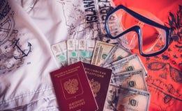 Le passeport et l'argent prêts, vont sur une croisière Image libre de droits