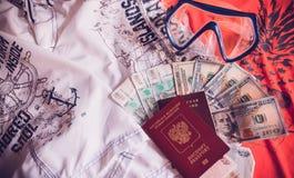 Le passeport, l'argent et les vêtements sont prêts pendant des vacances Images libres de droits