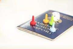 Le passeport, matrice et cartes de jouer centrent - le passeport Vous pouvez perdre tout - la vie Plan rapproché image stock