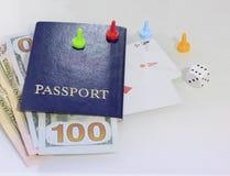 Le passeport, matrice et cartes de jouer centrent - le passeport Vous pouvez perdre tout - la vie Plan rapproché photographie stock