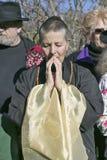 Le passionné se tient dans la méditation pieuse à la cérémonie bouddhiste d'habilitation d'Amitabha, bâti de méditation dans Ojai Photos stock
