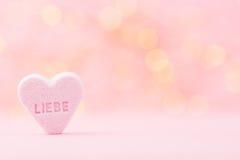 Le pastel a coloré des coeurs de sucrerie à un arrière-plan de bokeh Image stock
