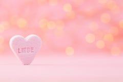 Le pastel a coloré des coeurs de sucrerie à un arrière-plan de bokeh Photographie stock libre de droits