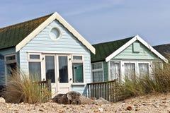 Le pastel a coloré des huttes de plage de bord de la mer sur les dunes arénacées Images stock