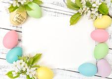 Le pastel de carte de voeux de Pâques eggs des fleurs de ressort de décoration Image libre de droits