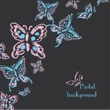 Le pastel fait main de dessin marque le papillon à la craie sur le fond noir Images libres de droits