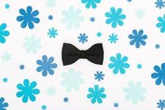 Le pastel heureux de jour du ` s de père a coloré le fond Configuration florale d'appartement de noeud papillon noir Jour de père Photographie stock libre de droits