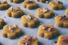 Le pasticcerie dei biscotti del cece con le mandorle ed il tè sono aumentato petali Dolci orientali tradizionali Il glutine liber fotografie stock