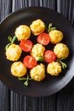Le patate di duchessa sono servito con la menta ed il primo piano dei pomodori sulla a plat fotografia stock libera da diritti