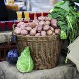 Le patate fresche dal nuovo raccolto in sacchi di carta sono sul mercato Fotografia Stock Libera da Diritti