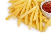 Le patate frigge con il primo piano del ketchup isolato su fondo bianco Fotografia Stock