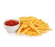 Le patate frigge con il primo piano del ketchup isolato su fondo bianco Immagine Stock