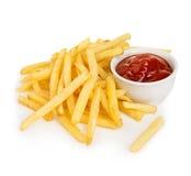 Le patate frigge con il primo piano del ketchup isolato su un fondo bianco Immagine Stock Libera da Diritti