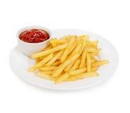 Le patate frigge con il primo piano del ketchup isolato su un fondo bianco Fotografia Stock