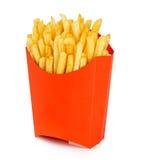 Le patate frigge in un contenitore rosso di cartone isolato su un fondo bianco Alimenti a rapida preparazione Fotografie Stock