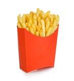 Le patate frigge in un contenitore rosso di cartone isolato su un fondo bianco Alimenti a rapida preparazione Immagine Stock Libera da Diritti