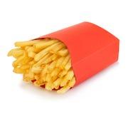 Le patate frigge in un contenitore rosso di cartone su un fondo bianco Alimenti a rapida preparazione Fotografia Stock