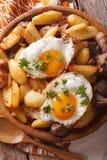 Le patate fritte con il verticale della carne, del bacon e del primo piano delle uova completano fotografie stock libere da diritti