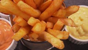 Le patate fritte deliziose sono servito in un canestro di frittura stock footage