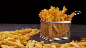 Le patate fritte sono servito in piccolo canestro di frittura archivi video