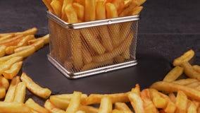 Le patate fritte sono servito in un piccolo canestro di frittura, mani che prendono i pezzi video d archivio