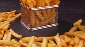 Le patate fritte sono servito in un piccolo canestro di frittura video d archivio